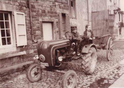 Pieter en Kathelijne op de tractor van Lebrun