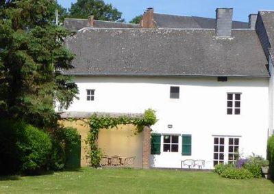 tuin oude huis zicht op het oude huis vanuit de tuin